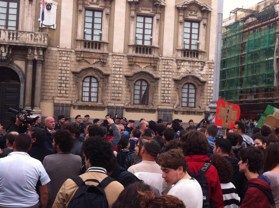 Piazza e palazzo blindati: Renzi entra dal retro