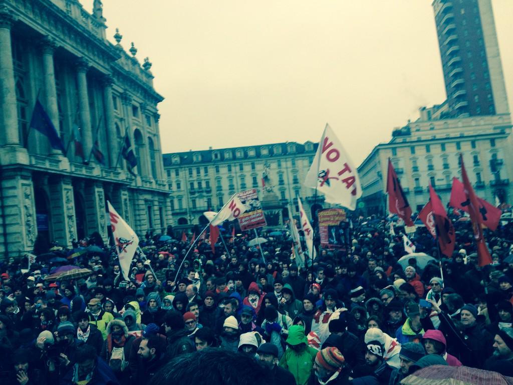 Fine del corteo in Piazza Castello - foto da notav.info